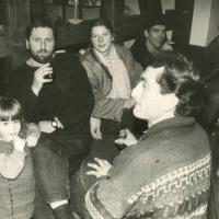 1987-88_Baroti_galerijoje_V_Pulokas_Birutes_Skaisgirienes_dukryte_R_Treigys_L_Vilkyte_A_Mazonas_ir_.jpg