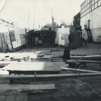 1990_vasara_Beno_Sarkos_teatras_Parodu_rumu_ir_muziejaus_kieme_I_nuotr_A_Darongausko.jpg