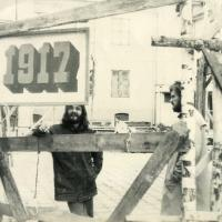1990_vasara_Beno_Sarkos_teatras_Parodu_rumu_ir_muziejaus_kieme_VII_nuotr_A_Darongausko.jpg