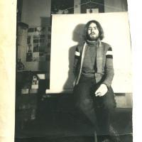 1987_Danielius_Rusys_portretas__nuotrauka_R_Urbono_jo_studijoje.jpg